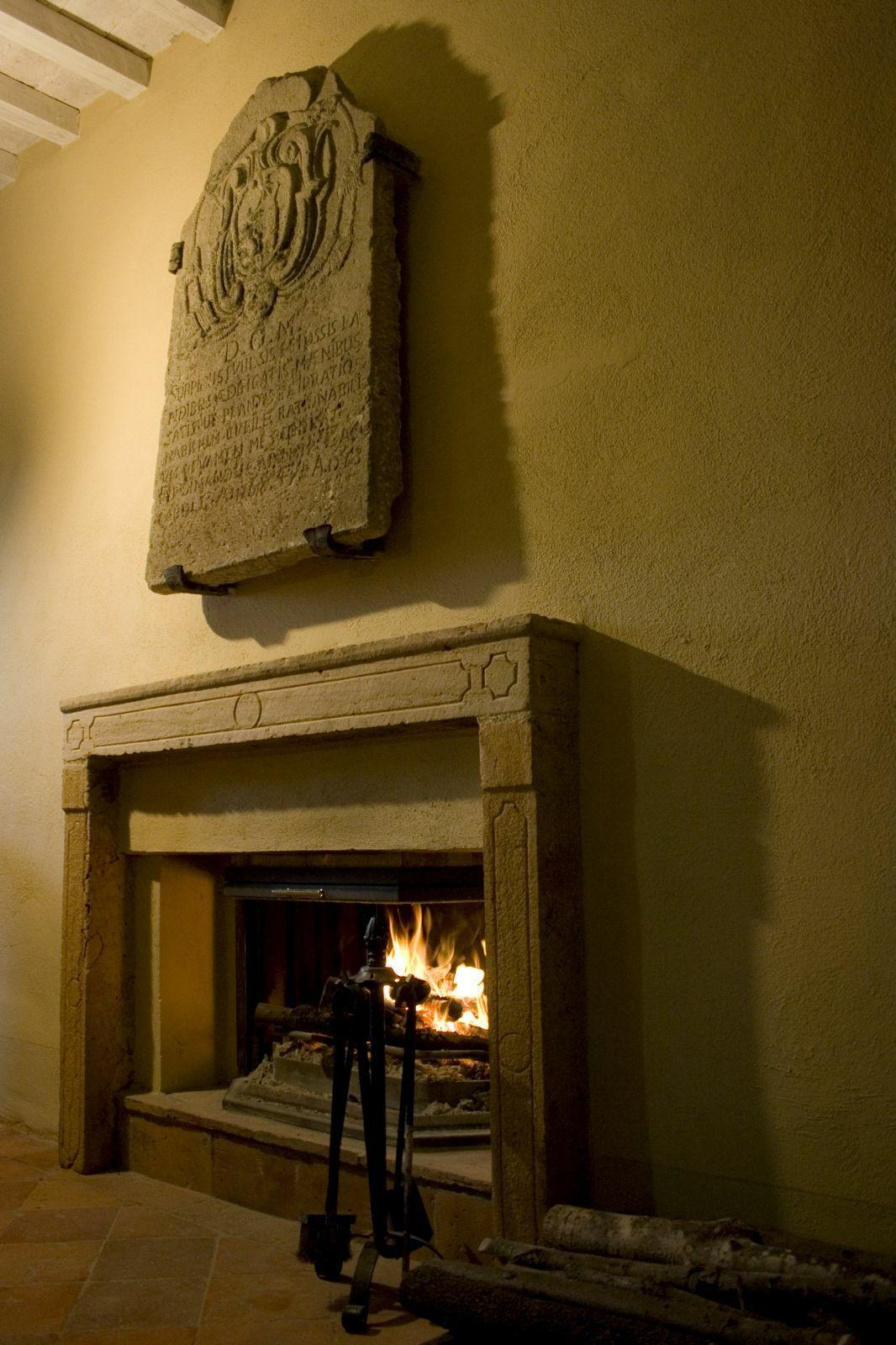 The castle inside micciano pomarance pisa italymansion for Sala da pranzo versace